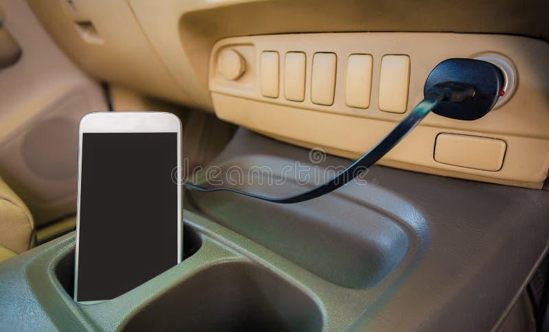 Telefone da tomada do carregador no carro imagens de stock