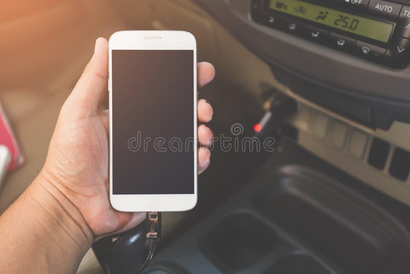 Telefone da tomada do carregador no carro foto de stock