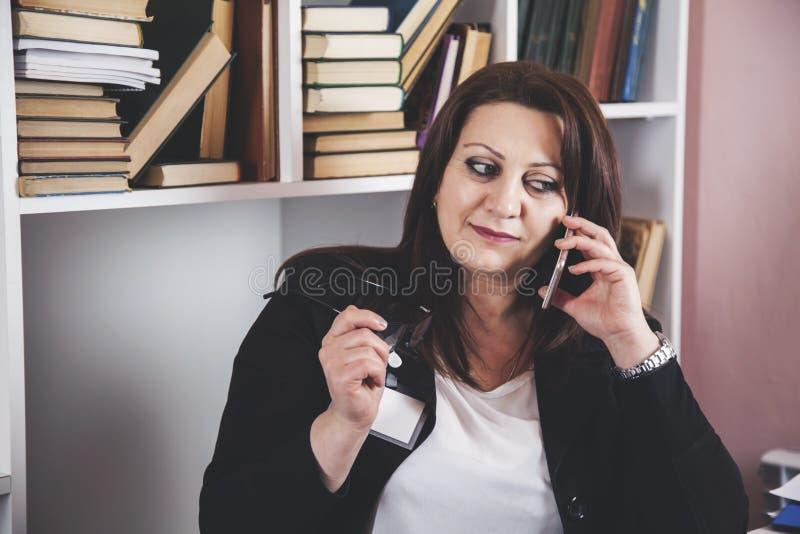 Telefone de fala da mulher foto de stock