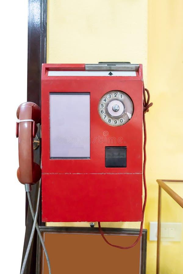Telefone de pagamento de público vermelho do vintage no fundo amarelo fotografia de stock