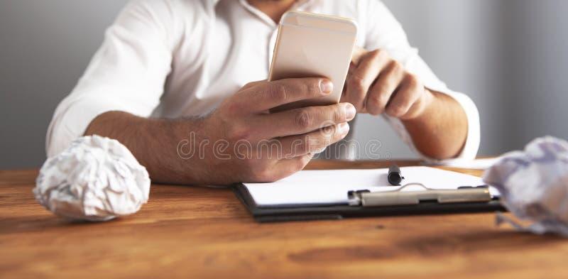Telefone de papel enrugado ideia do homem de negócios fotografia de stock