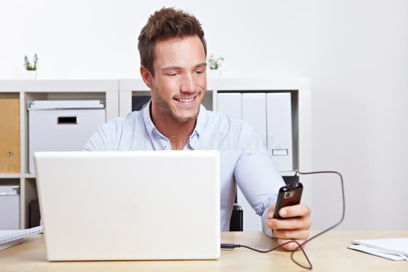 Telefone de pilha da conexão do homem de negócio foto de stock royalty free
