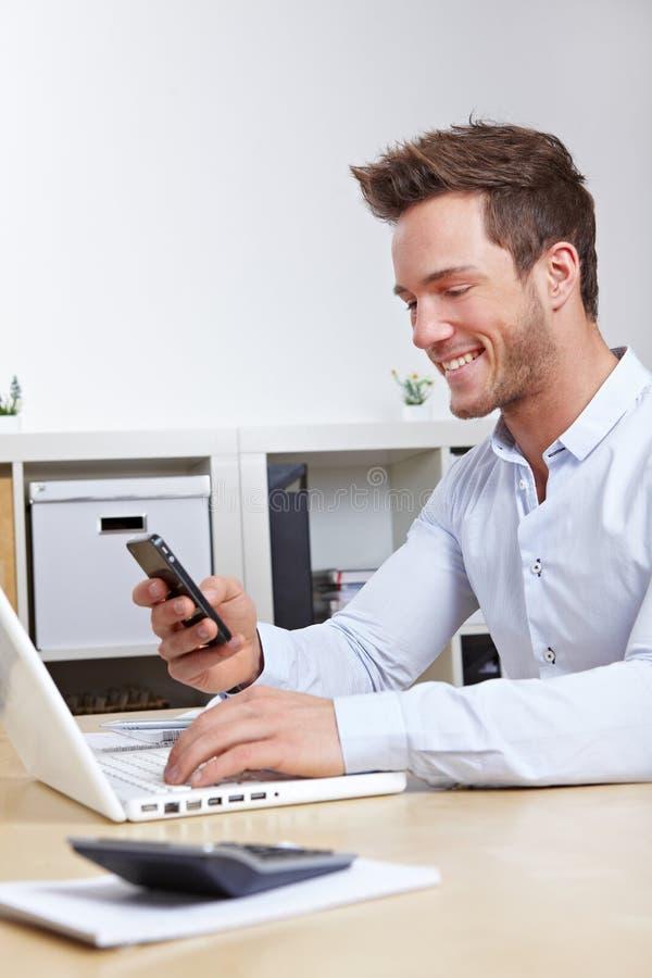 Telefone de pilha de conexão do homem de negócio foto de stock