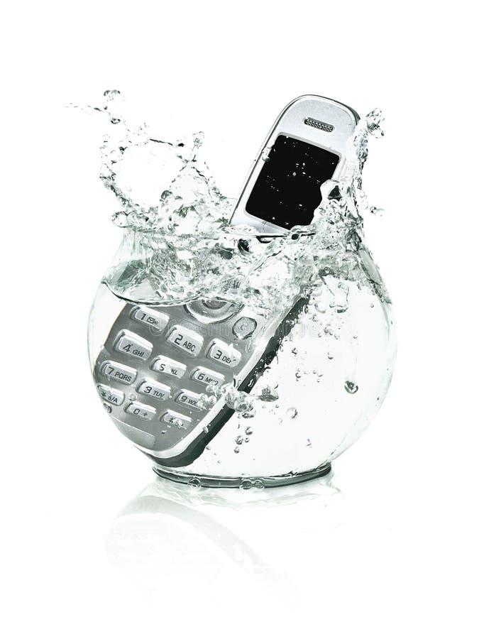 Telefone de pilha móvel no aquário da água imagens de stock