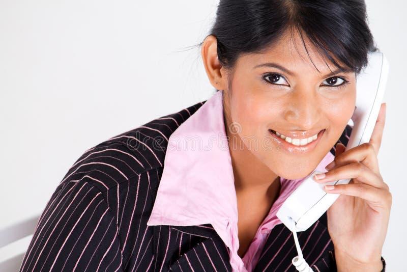 Telefone de resposta da mulher de negócios foto de stock