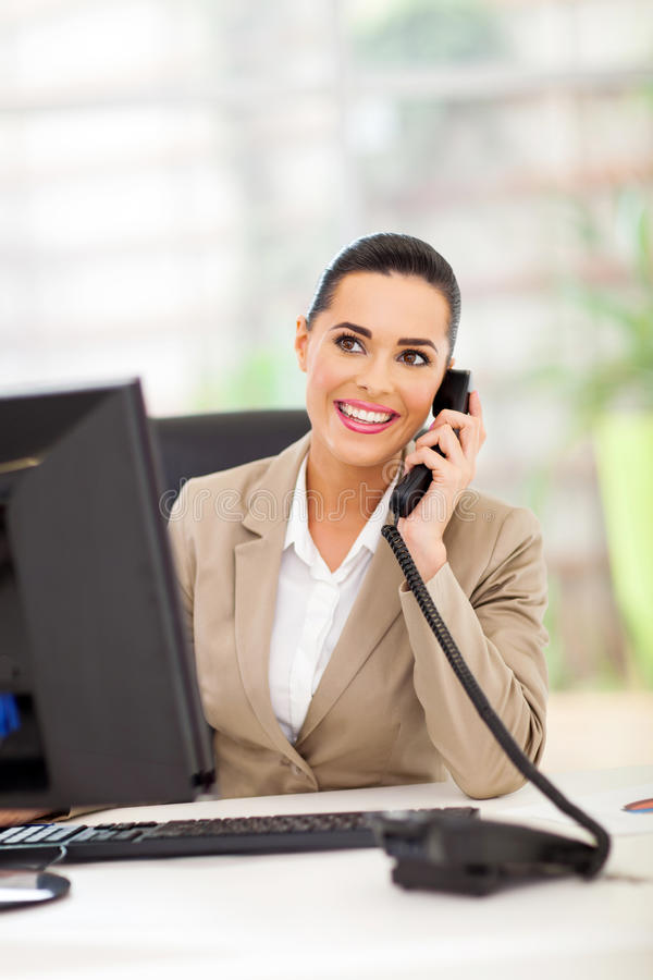 Telefone de resposta da mulher de negócios imagens de stock