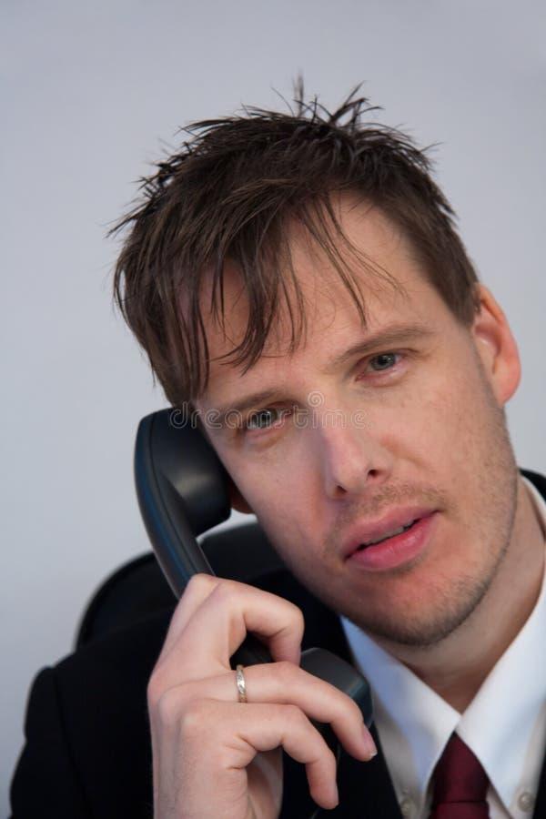 Telefone de resposta do homem de negócios. foto de stock royalty free