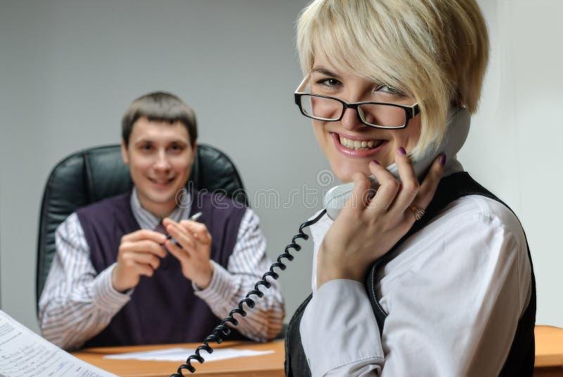 Telefone de tomada ocupado da mulher de negócios imagens de stock