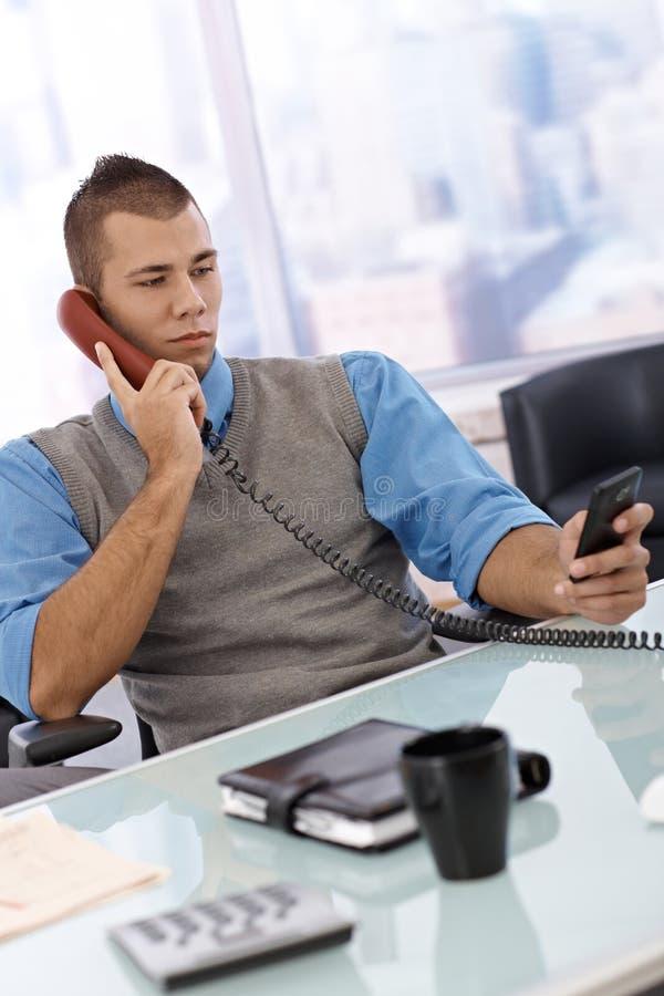 Telefone de utilização ocupado do homem de negócios fotos de stock