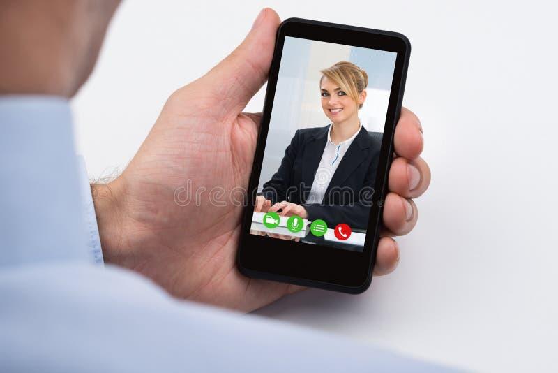 Telefone de Videochatting On Mobile do empresário fotos de stock