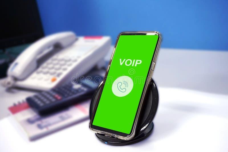 Telefone de VOIP com conexão a Internet na tabela fotos de stock royalty free