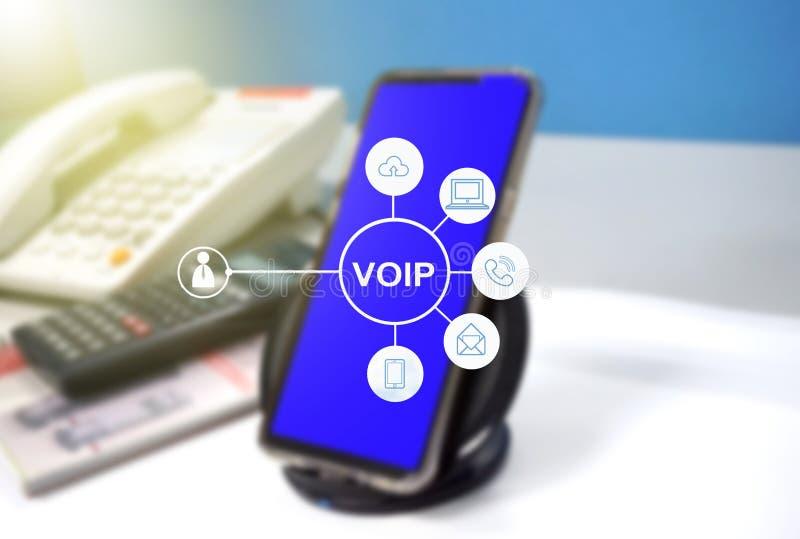 Telefone de VOIP com conexão a Internet na tabela fotografia de stock
