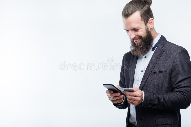 Telefone digital do cartão do homem do app do pagamento da carteira móvel foto de stock royalty free