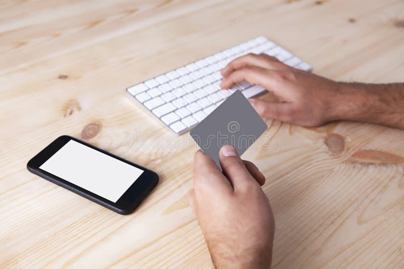 Telefone do homem de negócios do cartão de banco imagens de stock royalty free