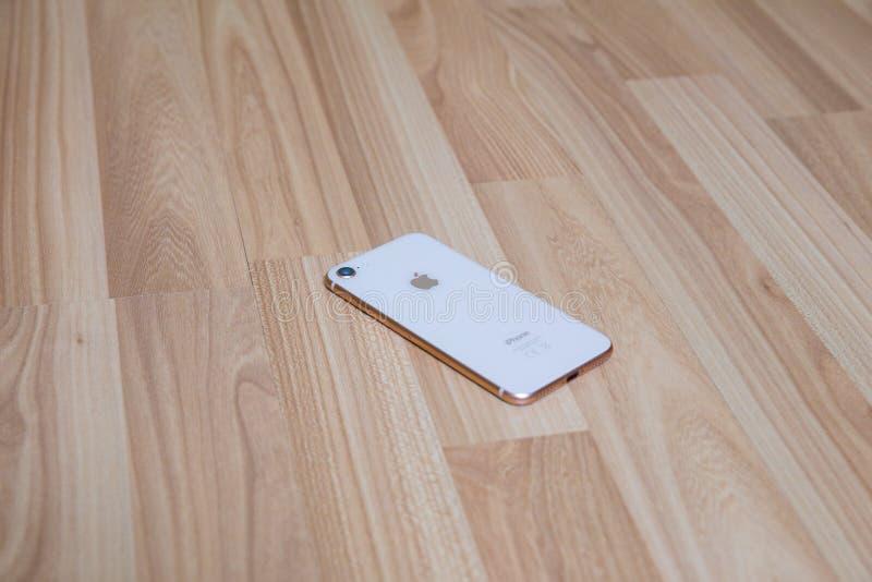 Telefone do ouro de Apple na sala de visitas Textura de madeira velha Projeto urbano da casa imagens de stock