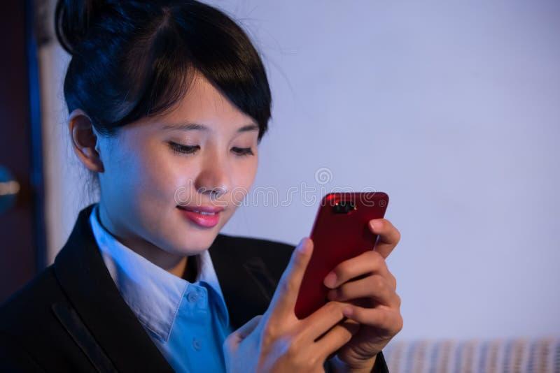 Telefone do uso da mulher de negócios fotos de stock