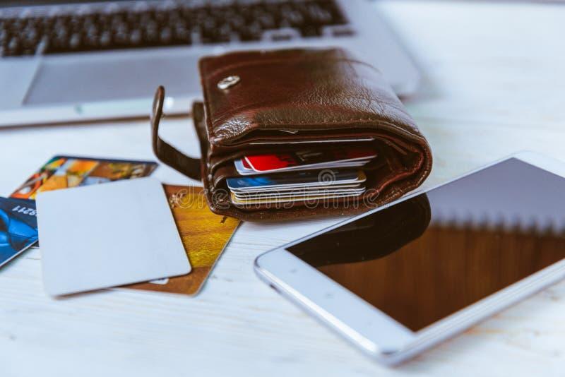 Telefone dos vidros da carteira do portátil na tabela fotografia de stock royalty free
