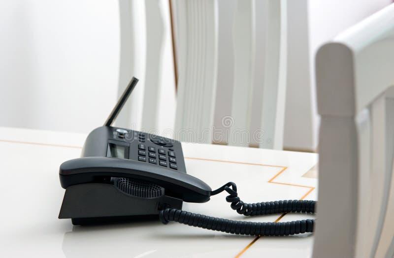 Telefone em uma tabela imagem de stock royalty free