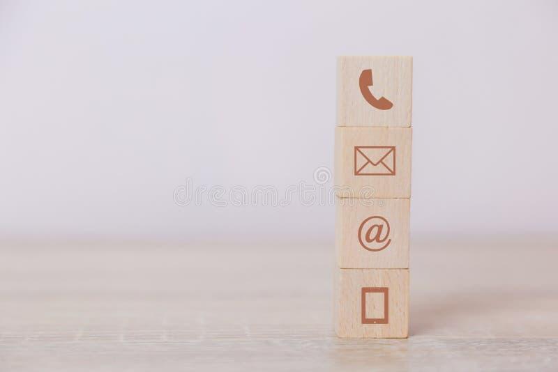 Telefone, endere?o, correio e telefone celular do s?mbolo do bloco de madeira O conceito de uma comunica??o com a tecnologia foto de stock royalty free