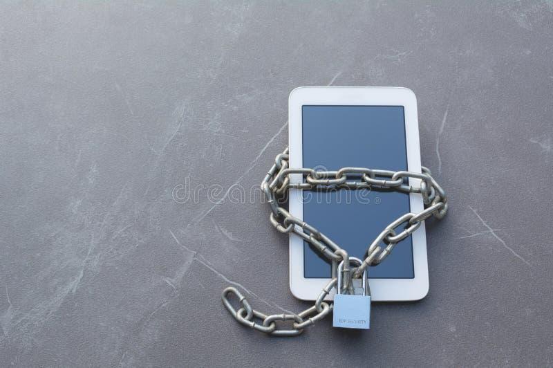 Telefone esperto com corrente e fechamento para o conceito da segurança fotografia de stock royalty free