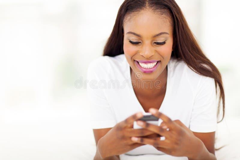 Telefone esperto da mulher afro-americano fotografia de stock