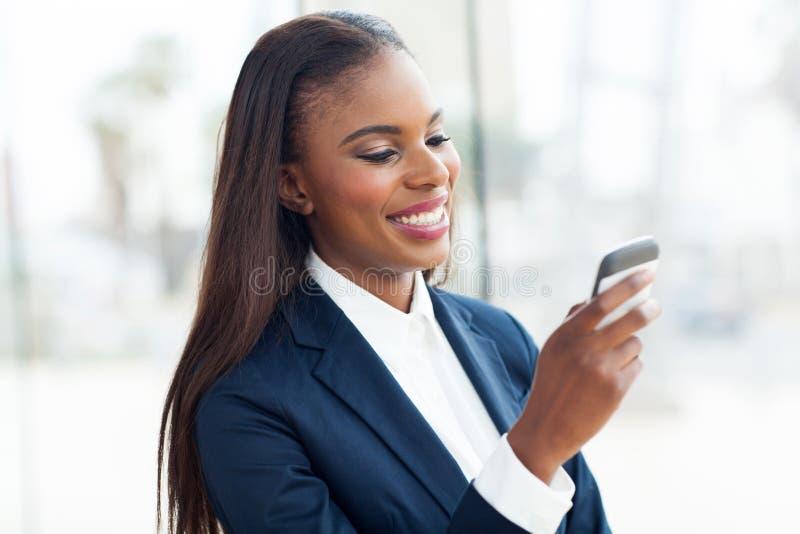 Telefone esperto da mulher de negócios fotos de stock