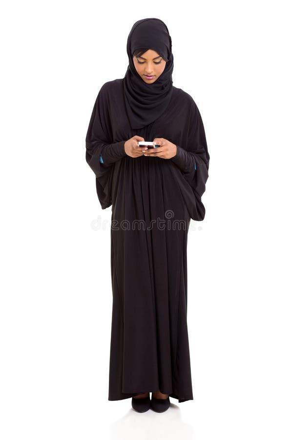 Telefone esperto da mulher islâmica imagem de stock