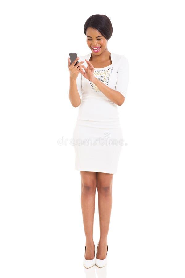 Telefone esperto da mulher negra foto de stock