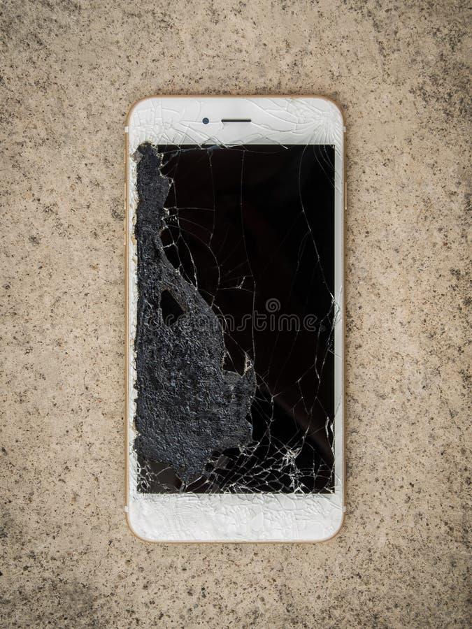 Telefone esperto da tela da quebra no assoalho imagens de stock royalty free