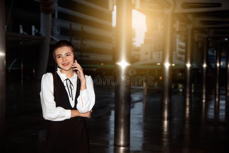 Telefone esperto do uso bonito asiático da mulher foto de stock royalty free