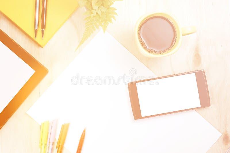 Telefone esperto e tabuleta da tela vazia com material de escritório financeiro imagem de stock royalty free