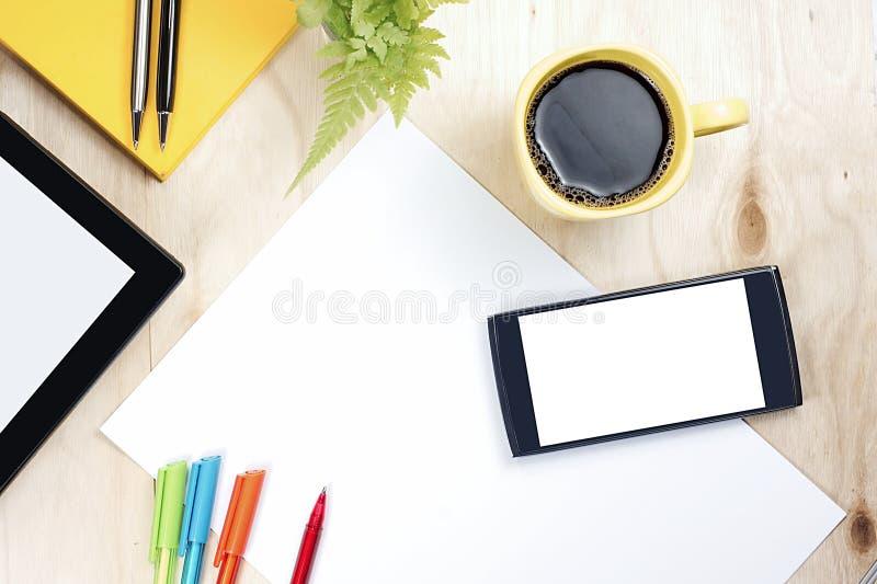 Telefone esperto e tabuleta da tela vazia com material de escritório financeiro fotografia de stock royalty free