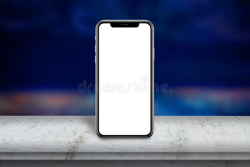 Telefone esperto moderno com a tela de x na tabela de madeira branca Tela vazia para o modelo fotografia de stock royalty free