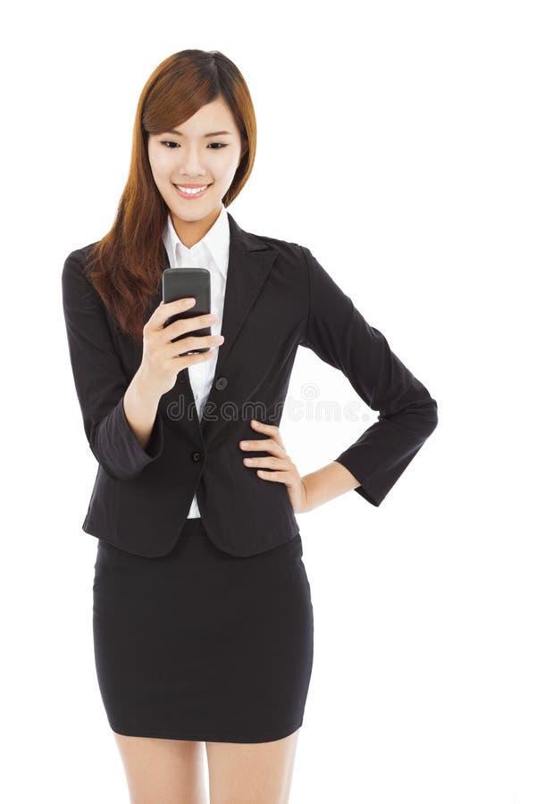 Telefone esperto tocante consideravelmente novo da mulher de negócio fotografia de stock