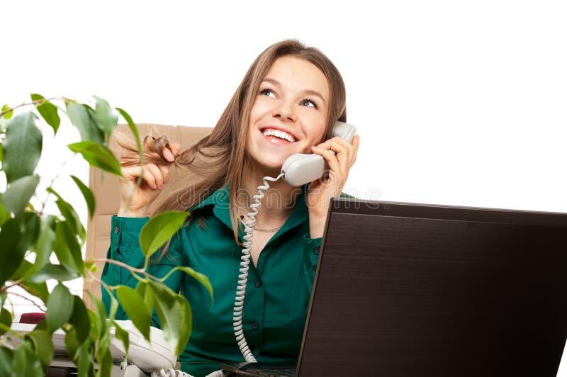 Telefone feliz da mulher no escritório fotos de stock royalty free