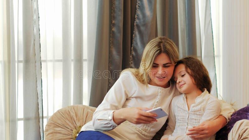 Telefone loving da criança da mamã do relacionamento do lazer da família fotos de stock royalty free