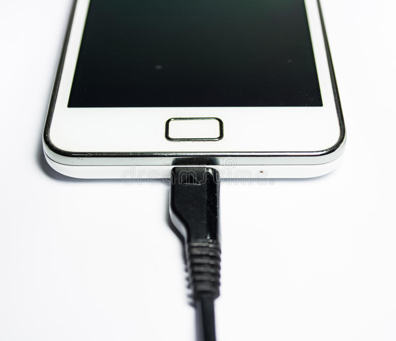 Telefone móvel moderno na carga imagens de stock royalty free
