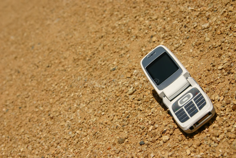 Telefone móvel no deserto imagem de stock royalty free