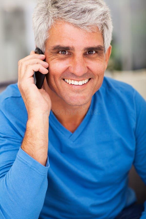 Telefone maduro do homem fotografia de stock royalty free