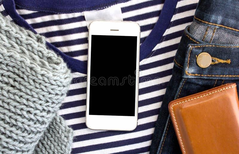 Telefone na coleção da roupa, configuração do plano, vista superior fotos de stock