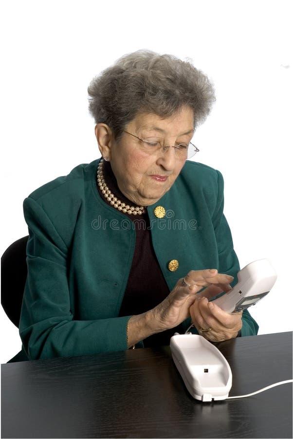 Telefone sênior da mulher fotografia de stock royalty free