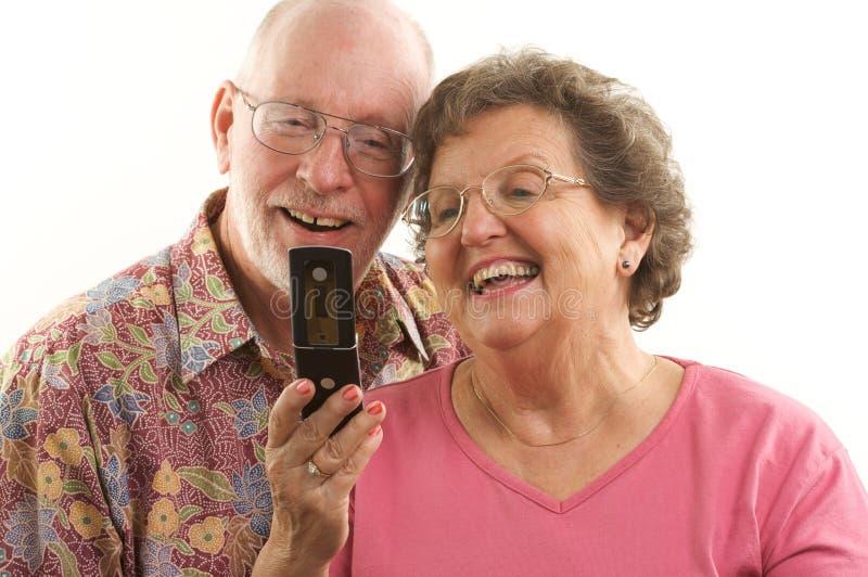 Telefone sênior dos pares e de pilha imagens de stock royalty free