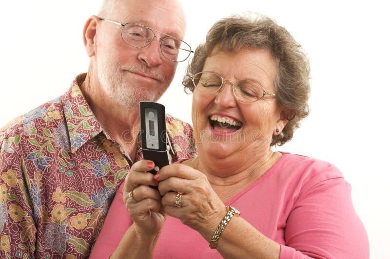 Telefone sênior dos pares e de pilha imagem de stock