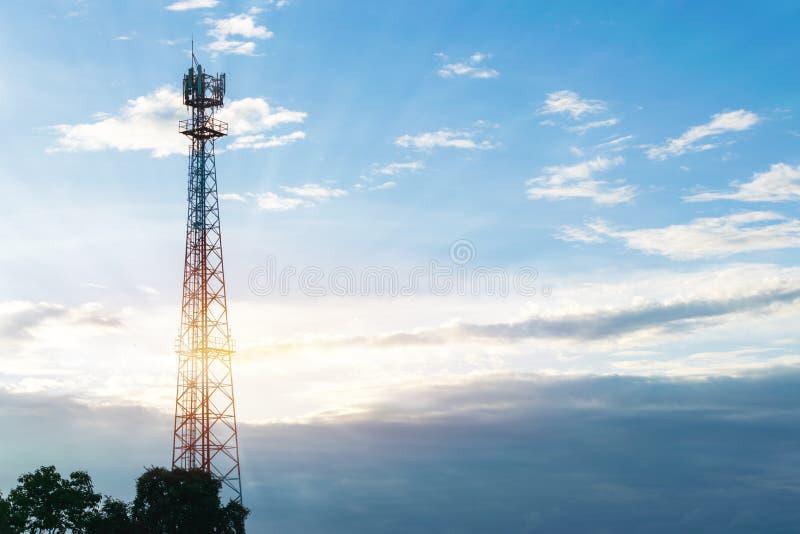 Telefone a telecomunica??es da torre ele convenientemente para o m?bil sob o c?u com luz do sol fotos de stock royalty free
