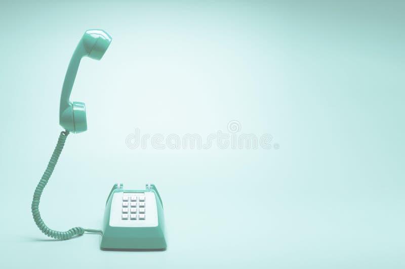 Telefone verde retro no fundo do verde da cerceta fotografia de stock royalty free