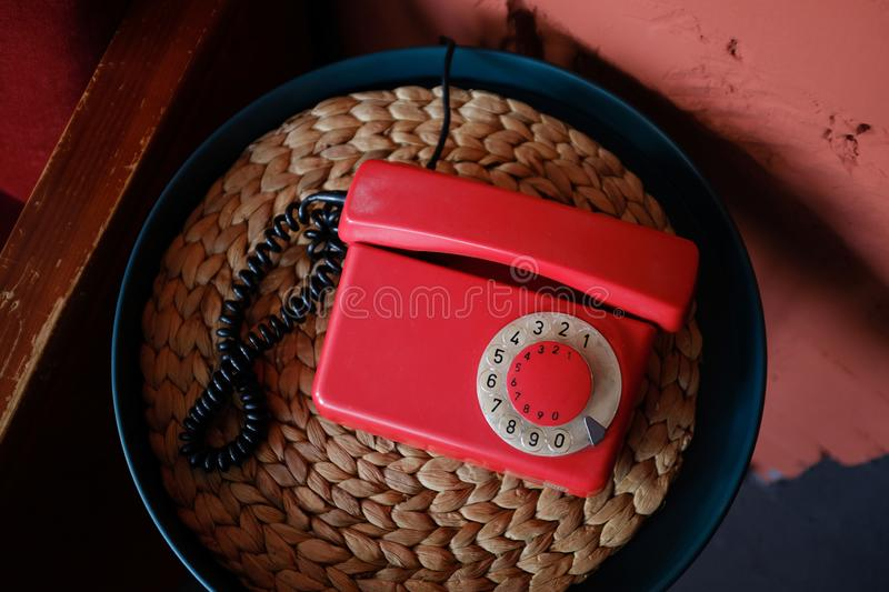 Telefone vermelho antiquado no interior retro bonito fotografia de stock royalty free