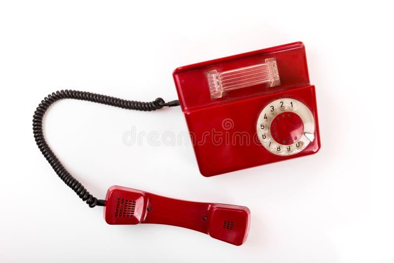 Telefone vermelho velho com o seletor giratório no fundo branco imagens de stock
