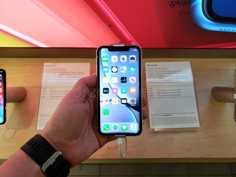 Telefone XR de Apple em uma mão imagens de stock royalty free