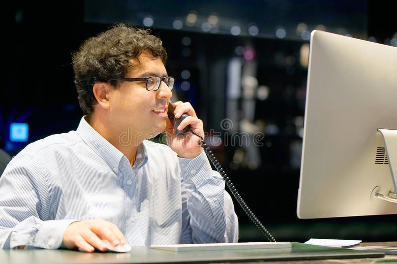 Telefonemas de resposta do homem foto de stock