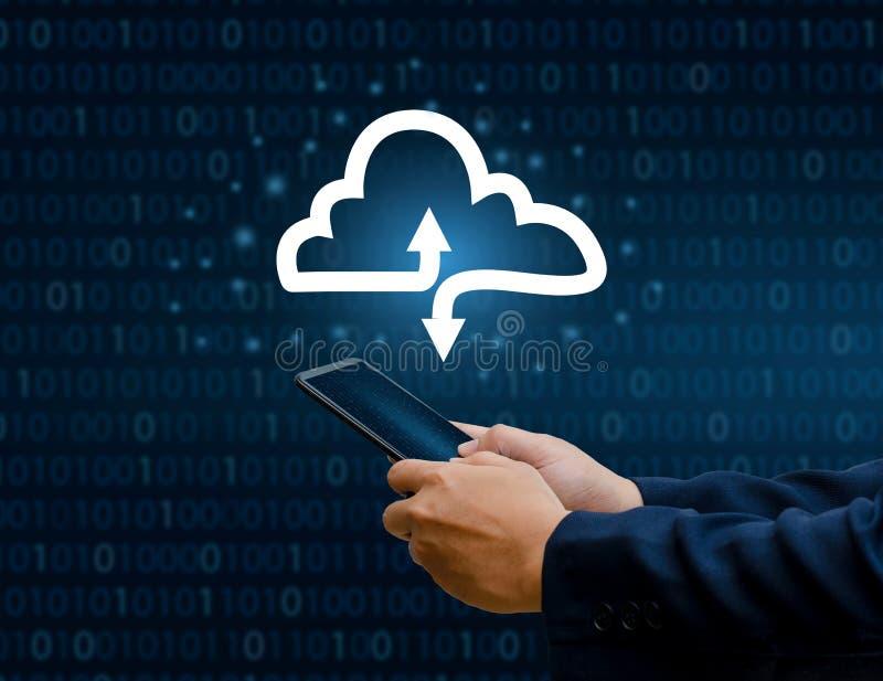 Telefonen för handtrycktangentbordet trycker på skriver in knappen på datorhandaffärsmannen förbinder för datamoln för moln mot e arkivfoton